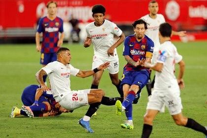 Lionel Messi evita que el brasileño Diego Carlos lo cruce en el final del primer tiempo (REUTERS/Marcelo Del Pozo)