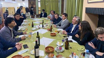 El encuentro entre Alberto Fernández y funcionarios del Gobierno con Evo Morales en La Quiaca. Concurrido y sin barbijos (@PerezMoyaTlSUR)