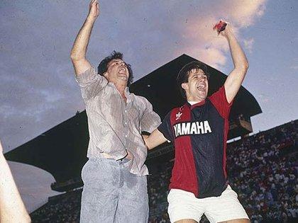 Marcelo Bielsa celebrando el Apertura 1990 con Newell's, título que no es validado como oficial por la AFA