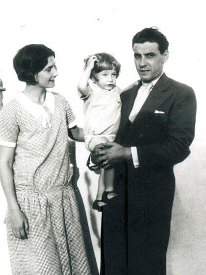 Con su mujer e hijo en los inicios de su obra. (Crédito: Archivos de la Fundación Logosófica)