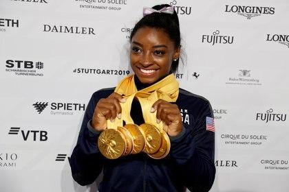 Biles festejando con sus cinco medallas de oro durante el Campeonato mundial de gimnasia artística del 2019