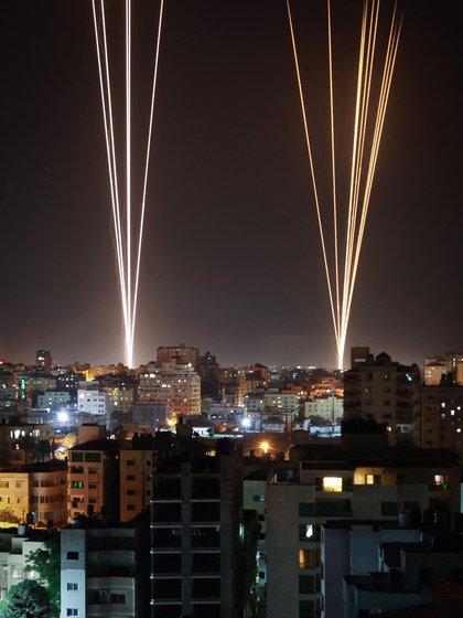 Misiles lanzados desde la Franja de Gaza con destino a Israel. (Photo by ANAS BABA / AFP)