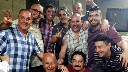 Pandolfi a la izquierda, con camisa a cuadros azules y blanca, junto a Máximo Kirchner y Pablo Echarri