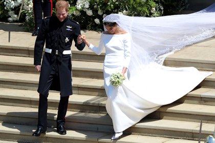 Convertida en Duquesa de Sussex lució un elegante diseño de novia de Givenchy (AFP)
