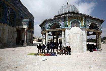 Fieles musulmanes rezan en la explanada tras el cierre de la mezquita Al Aqsa, en Jerusalén (Reutes)