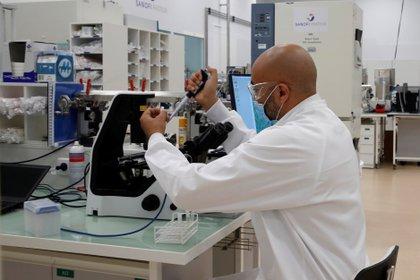 Un investigador trabaja en el laboratorio de la farmacéutica Sanofi en Marcy, cerca de Lyon, Francia (EFE/EPA/GONZALO FUENTES / Archivo)