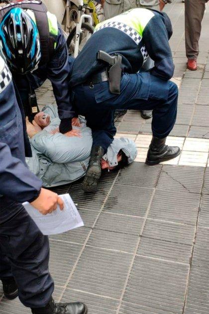 La foto en la que se observa a un policía mantener reducido a Nadal con la rodilla en su cuello