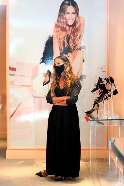 """Sarah Jessica Parker fue a su tienda de zapatos en Midtown, Nueva York. La ex protagonista de """"Sex and the city"""" inauguró el local en plena pandemia y presentó su exclusiva colección SJP. Ella misma recibe a los clientes y les da consejos. Lució un vestido largo negro, zapatos y tapaboca haciendo juego (Foto: Splash News / The Grosby Group)"""