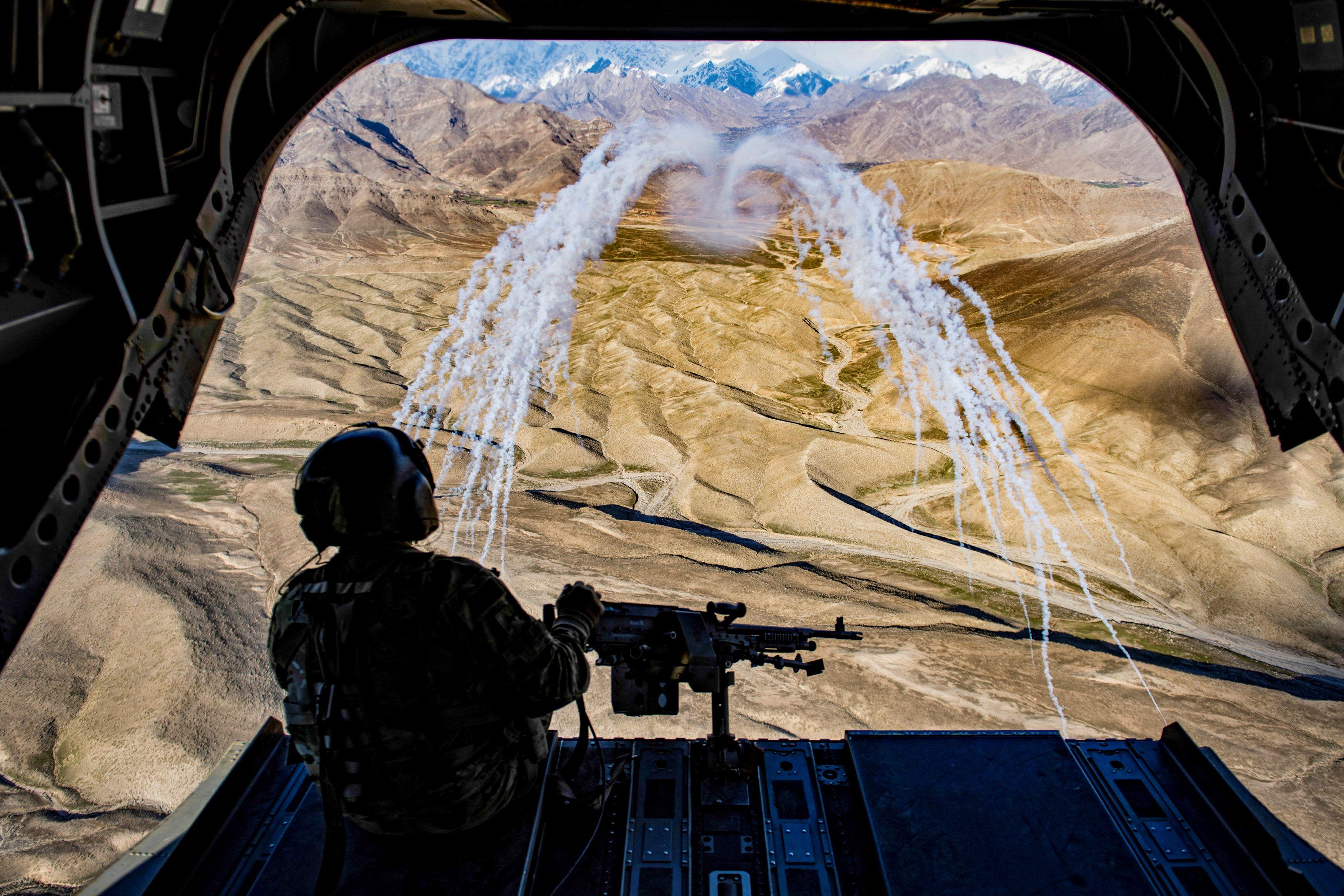 Un helicóptero Chinook de EEUU sobrevuela en una misión de entrenamiento en Afganistán (Reuters/Fuerza Aérea)
