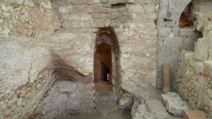 La puerta de la casa fue tallada en la roca en una cueva natural (Ken Dark)