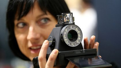 Lo último de Polaroid: la Impossible I-1, una nueva cámara analógica e instantánea que capta imágenes tal como lo hacían las antiguas, famosas por su capacidad de imprimir imágenes en segundos (Reuters)