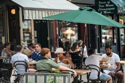 Clientes comen en restaurantes al aire libre en el West Village en Nueva York (REUTERS/Jeenah Moon)