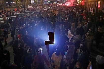 Una manifestante sostiene el símbolo del movimiento Strajk Kobiet (huelga de mujeres) durante una protesta tras un fallo judicial que imponía una prohibición casi total del aborto, en Varsovia, Polonia, el 18 de noviembre de 2020. (Kuba Atys/Agencja Gazeta vía REUTERS)