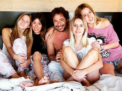 Ricky rodeado de sus hijas