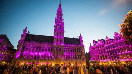 La plaza Grand Place de Bruselas, Bélgica, iluminada contra el Cáncer de Mama