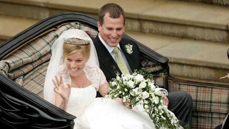 Peter Phillips y Autumn Kelly a la salida de la Capilla de San Jorge tras su boda en Windsor, Reino Unido. 17 mayo 2008. REUTERS