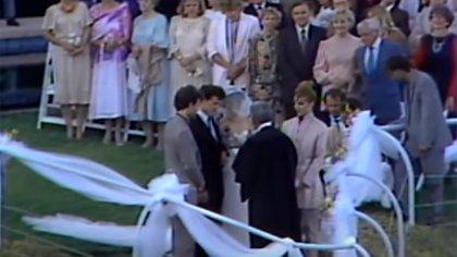 Madonna y Penn celebraron junto a 200 personas su boda. Entre las celebridades invitadas estaban Cher, Andy Warhol y Christopher Walken (Captura de TV)