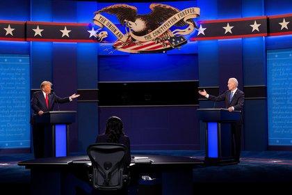 El presidente de EEUU, Donald Trump, y el candidato demócrata a la Presidencia estadounidense, Joe Biden, en el último debate presidencial  celebrado en la Universidad de Belmont, en Nashville, Tennessee, el 22 de octubre de 2020. EFE/Shawn Thew