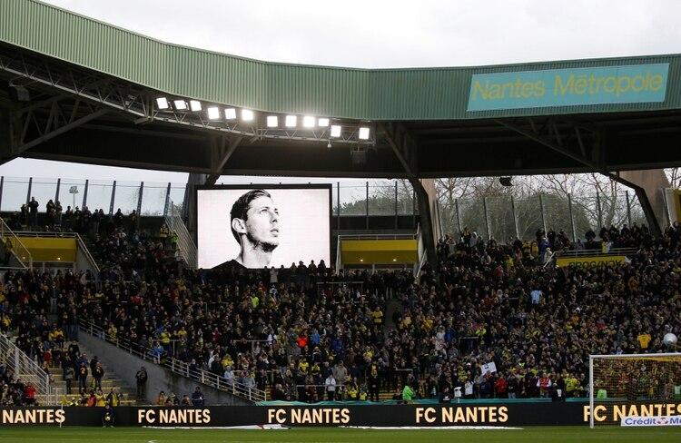 El homenaje en la previa del partido que animaron Nantes v Nimes Olympique por el torneo doméstico. Foto: REUTERS/Stephane Mahe
