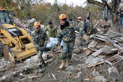 Servicios de emergencia trasladan el cuerpo de una víctima de bombardeo en Stepanakert, capital de Nagorno Karabaj (Reuters)