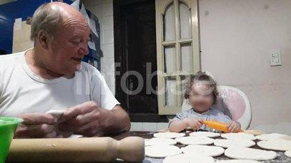 """Jorge haciendo masa para empanadas con una de sus nietas. """"Todo lo permisivo que no fue como padre lo es como abuelo. Se desvive por los nenes"""", dice Federico."""