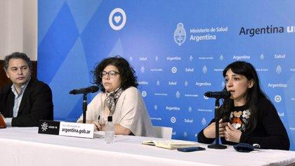 Carla Vizzotti junto a Alejandro Costa y Carolina  Brandariz, directora de Cuidados Integrales del  Ministerio de Desarrollo Social (Foto: NA)