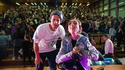 """Thiago Felstinski junto a Diego """"Peque"""" Schwartzmanm, después de una charla motivacional que dio en el Centro Cultural de la Ciencia."""