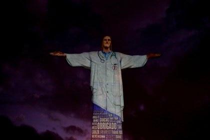 La iluminación del Cristo Redentor en Río de Janeiro, en homenaje al personal médico (Reuters)