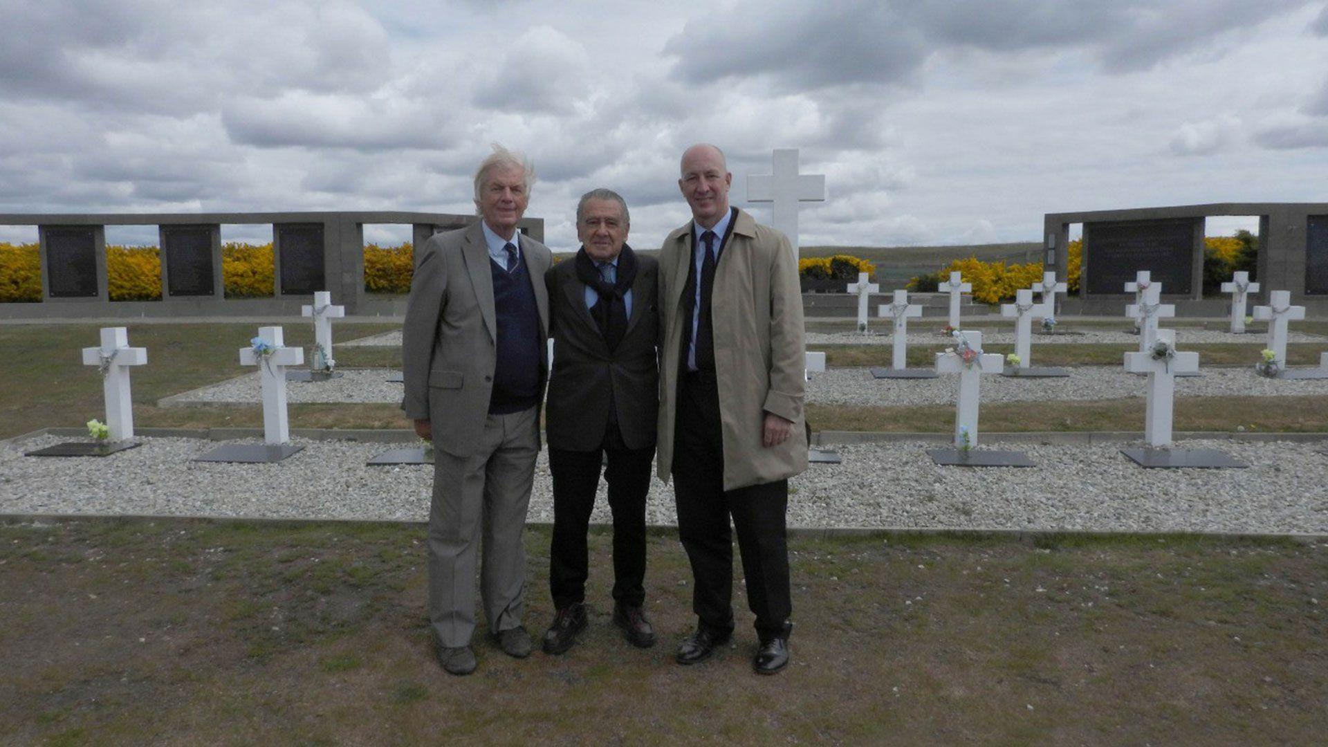 Malvinas, 2018: Eduardo Eurnekian, rodeado por Robin Christopher, ex embajador británico en la Argentina, y Mark Kent, actual embajador