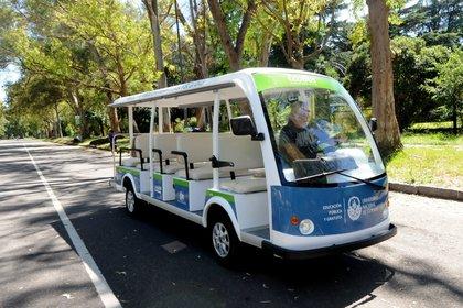 Un bus eléctrico ya funciona en los bosques platenses para el traslado de alumnos (UNLP)