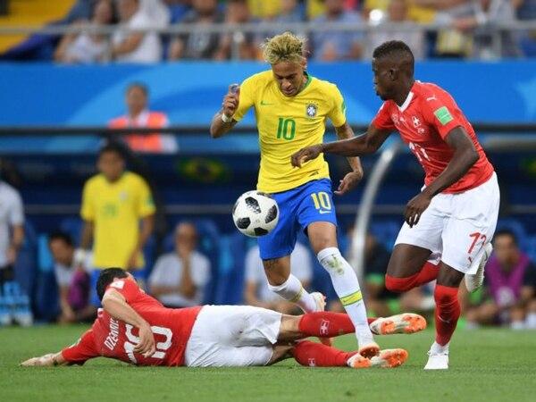 Una falta… y otra… y otra más. Neymar fue el blanco de todas las infracciones de los Suizos (Getty)