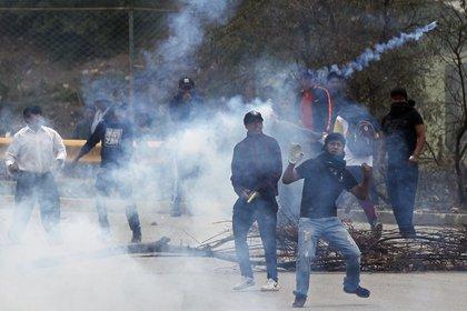 Piedrazos, gases lacrimógenos y balas de goma en las calles de La Paz (AP)