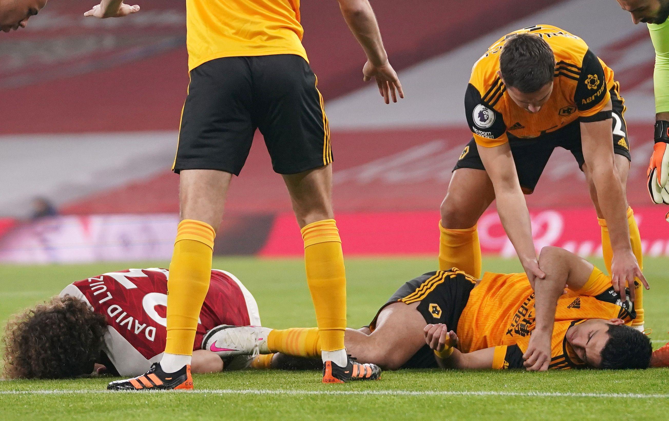 Los golpes en la cabeza que los futbolistas sufren en cualquier parido podrían estar cuasando daños irreversibles en sus cerebros (Reuters)