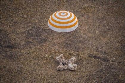 El aterrizaje en la estepa kazaja puso fin a una misión de 196 días que comenzó con el primer lanzamiento espacial realizado durante el bloqueo del coronavirus (GCTC / Agencia Espacial Rusa Roscosmos / Folleto a través de REUTERS)