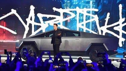 Elon Musk irrumpe en el escenario para presentar la Cybertruck, la nueva criatura de Tesla (Tesla)