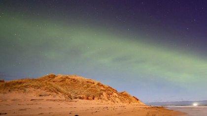 05/05/2021 Un patrón de onda constante teñido de verde se puede ver en el evento de la aurora boreal similar a una duna. POLITICA INVESTIGACIÓN Y TECNOLOGÍA UNIVERSIDAD DE HELSINKI