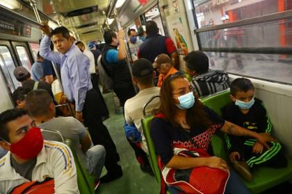 Passengers wear protective masks, which was declared mandatory inside trains and subway stations, as a measure to contain the spread of the coronavirus disease (COVID-19), in Mexico City, Mexico April 17, 2020. REUTERS/Edgard Garrido