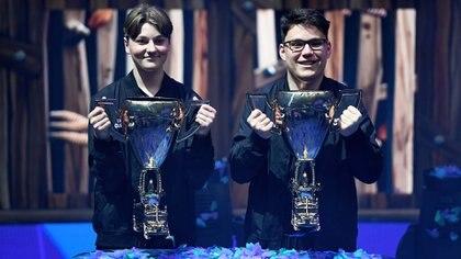 """Emil """"Nyhrox"""" Bergquist Pedersen (L) y Thomas """"Aqua"""" Arnould (R)posan con el trofeo en el estadioArthur Ashe (Sarah Stier/Getty Images/AFP)"""