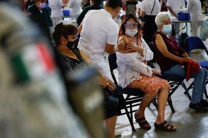 Un trabajador de salud prepara a una persona para recibir una dosis de la vacuna contra la enfermedad del coronavirus Sputnik V (COVID-19) durante una vacunación masiva en Ciudad de México, México, el 24 de febrero de 2021. REUTERS / Carlos Jasso/ Foto de archivo