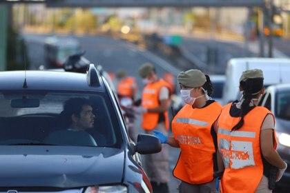 El Presidente contó que hubo más de 300 autos secuestrados a personas que no pudieron explicar los motivos por los que estaban circulando en las calle (REUTERS/Matias Baglietto)