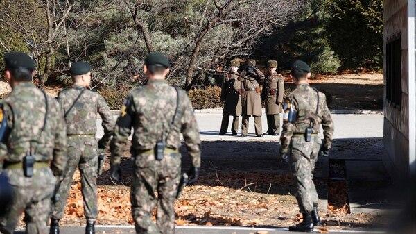 El frente a frente de las tropas den Norte, que observan con binoculares qué hacen sus pares del Sur(REUTERS/Kim Hong-Ji)