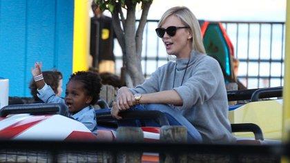 Charlize Theron es madre soltera de sus dos hijos, Jackson y August (Foto: Grosby Group)