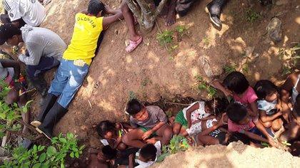 Imagen del27 de marzo en el que la comunidad indígena se protege de las balas en medio de un enfrentamiento entre el ELN y las AGC..
