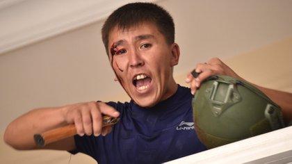Un partidario del ex presidente Almazbek Atambayev, herido tras el enfrentamiento con los policías (Foto de Vyacheslav OSELEDKO / AFP)