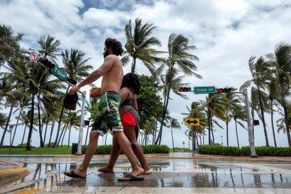 Una pareja pasea por Ocean Dr , ien Miami beach, Florida, EEUU. EFE/EPA/CRISTOBAL HERRERA-ULASHKEVICH