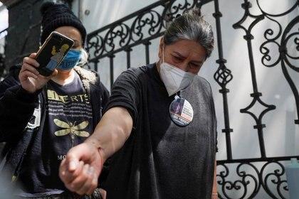Decenas de otras mujeres acampa desde hace semanas a las afueras de la Secretaría de Gobernación en Ciudad de México (Foto: Reuters/Toya Sarno Jordan)