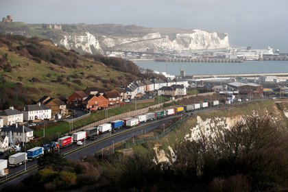 Los camiones hacen cola en la ruta hacia el puerto de Dover para abordar los transbordadores a Europa, en Dover, Gran Bretaña, el 11 de diciembre de 2020. (REUTERS / Peter Cziborra)