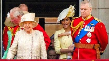 La reina Isabel II con sus hijos Carlos y Andrés de Inglaterra (The Grosby Group).