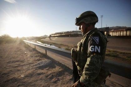 FOTO DE ARCHIVO. Un miembro de la Guardia Nacional Mexicana hace guardia cerca de la frontera entre México y Estados Unidos en Ciudad Juárez, México, el 9 de julio de 2019. REUTERS/Daniel Becerri