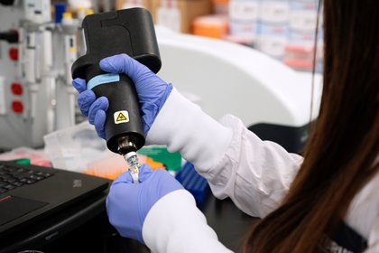 Una científica de la compañía de medicamentos ARN Arcturus Therapeutics investiga una vacuna para el novedoso coronavirus (COVID-19) en un laboratorio de San Diego, California, EE.UU., el 17 de marzo de 2020 (REUTERS/Bing Guan)